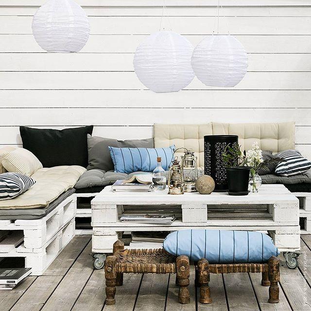 Skapa en somrig lounge med återanvända lastpallar, en dos kreativitet och massor av härliga textilier. Mixa och matcha #HÅLLÖ dynor och #GRENÖ kuddar och tänk på att allt inte behöver vara perfekt – det får gärna vara lite slarvigt enkelt och ha en avslappnad look i sommar!