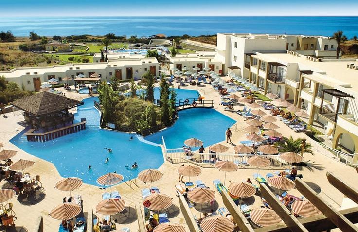 U verblijft in hotel Miraluna Village & Spa of hotel Miraluna Kiotari Bay op basis van all inclusive. Hier zult u zorgeloos genieten van een geweldige vakantie! Beide hotels beschikken over ruime en modern ingerichte familiekamers en maisonettes, die ondermeer zijn ingericht met huurkluisje en koelkastje. Naar keuze kunt u een kamer boeken met schitterend zeezicht. In totaal zijn er maar liefst 5 zwembaden, 2 kinderbaden en een apart kinderbad met glijbaantjes. Officiële categorie A