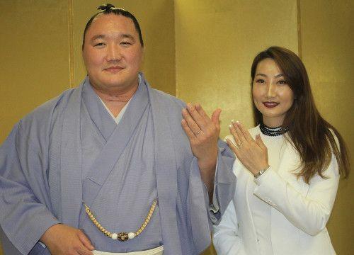 荒鷲結婚会見、モンゴル出身元CAヤンジンラム夫人と「子供は5人以上!!」 : スポーツ報知 #相撲 #荒鷲 #結婚