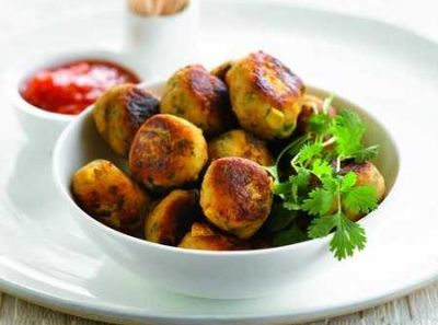 Aardappel- en kippenballetjes met maïs en geroosterde paprikasaus