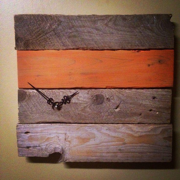 Horloge faite avec de vieilles planches de bois / Clock made whit old pieces of wood