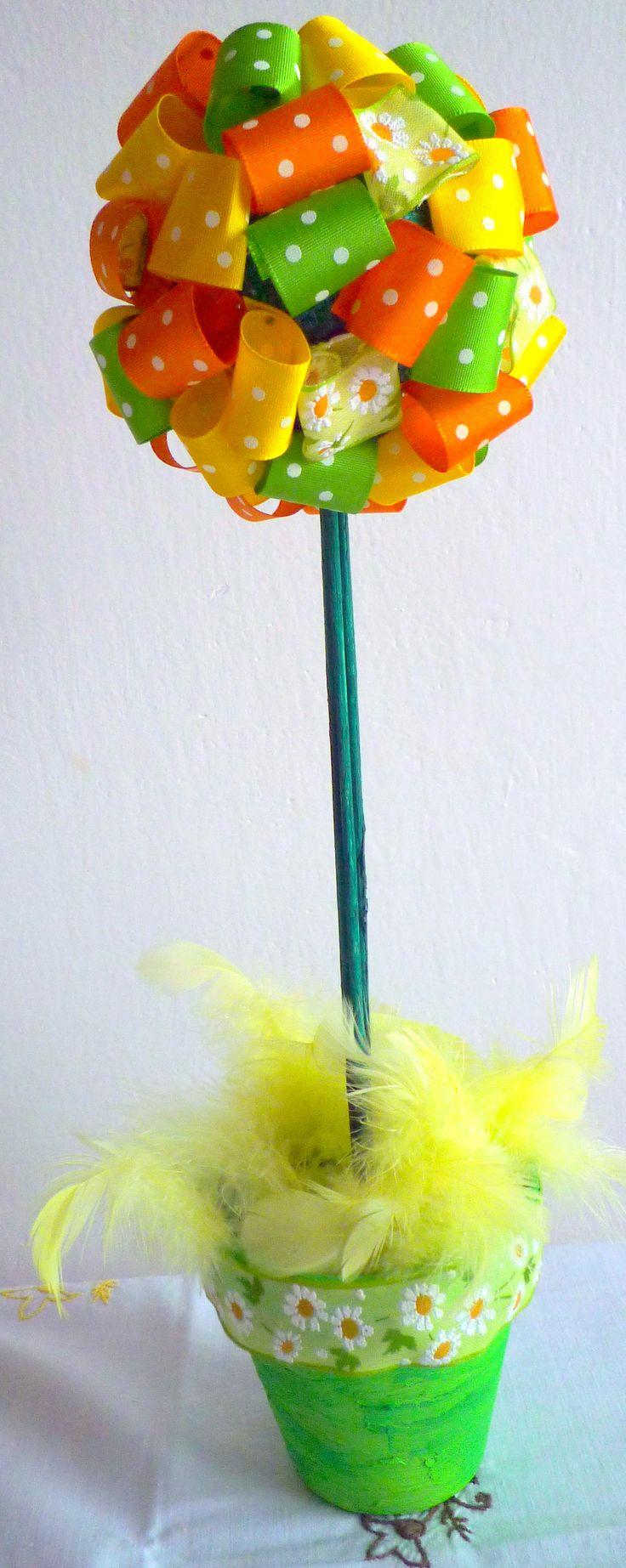 Velikonoční stromeček vyrobený z barevných stuh.