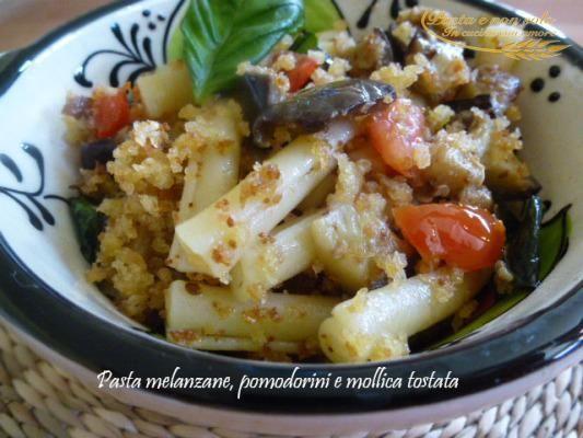 pasta melanzana,pomodorini e mollica tostata    http://www.pastaenonsolo.it/pasta-melanzana-pomodorini-e-mollica-tostata/