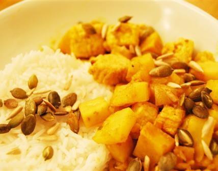 Le céleri rave à l'indienne, chouette mélange des genres ! Ce curry contient du Quorn, dont la saveur et la texture rappelle celle du poulet, mais vous pouvez le remplacer avec du tofu par exemple.