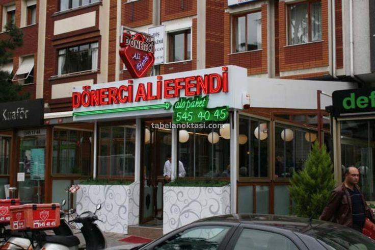 Neon Tabela 07 - Dönerci Ali Efendi Restoran Zincirinin bu restoranında tasarlanan tabelalar, Zeminleri alüminyum kompozit panel, yazıları Alüminyum Tava Harf içerisine düzenlenen Neon Harf Aydınlatma yöntemi ile oluşturulmuştur. Yapıldığı Yer :İstanbul