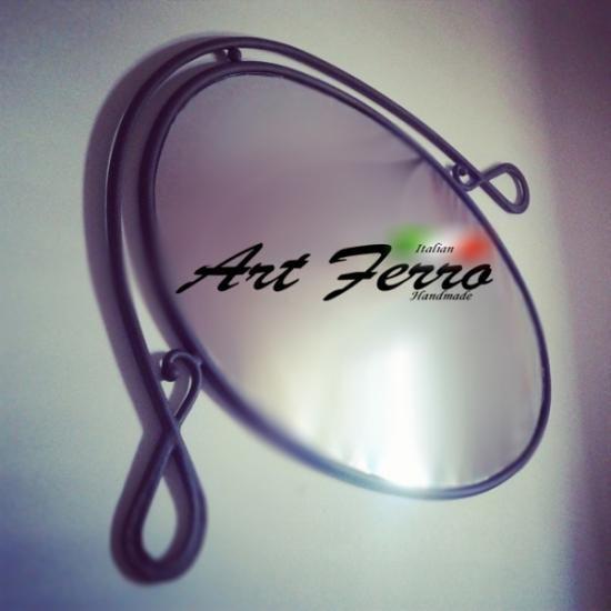 Specchio in ferro battuto di realizzazione artigianale. #mirror # specchio #ferro #battuto #martello #handmade #artigiano #italy #italian handmade #art #arte #arredo #arte #ferro #artferro