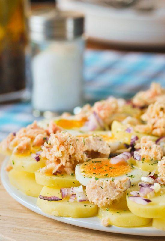 Patatas en ensaladilla con atún y huevo duro