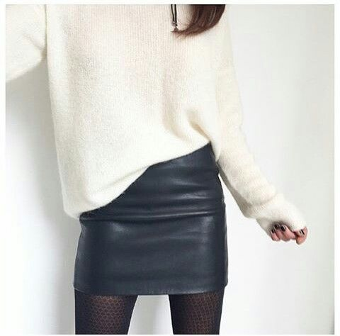 Jupe en cuir noir + pull blanc oversize = le bon m…