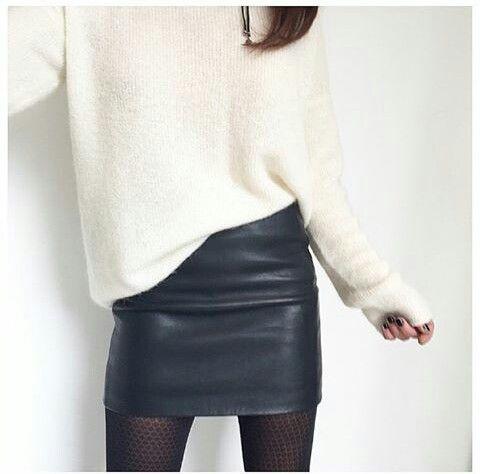 Jupe en cuir noir + pull blanc oversize