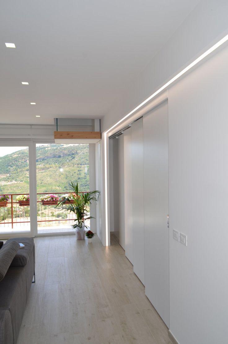 Ambienti flessibili per la ristrutturazione di un appartamento di 130 mq con cucina aperta sul living, separata all'occorrenza da una parete scorrevole. Il sottotetto, utilizzato come zona hobby e ripostiglio, è stato collegato al livello inferiore con una sorta di montacarichi superchic, assimilabile a un elemento d'arredo.