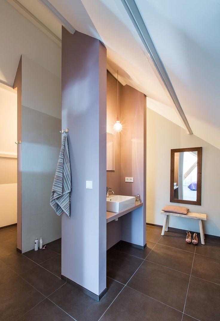 Wonen in een klaslokaal: moderne Badkamer door Studio RUIM
