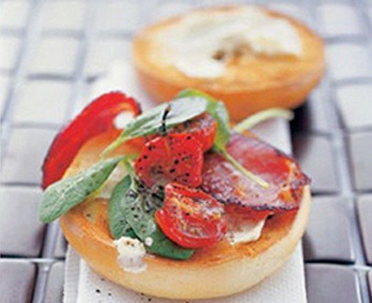 Bacon and Roast Tomato Bagel | PHILADELPHIA #recipes