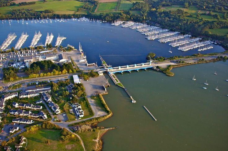 Port et barrage d'Arzal dans le Morbihan en Bretagne. Il est la séparation avec La Vilaine, fleuve breton, d'une part et l'océan.