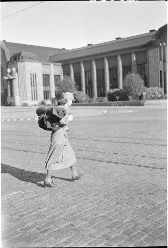 Lotta lähdössä komennukselle  Helsinki 1941.06.25. SA-kuva.