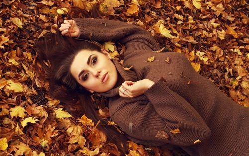 Осень — чудесное, яркое и вдохновляющие время года! Именно сейчас можно создать незабываемые осенние фотокартины: портреты взрослых и детей, фото людей на фоне пейзажа, городские фото и просто запечатлеть красоту яркого увядания природы. В этой небольшой фотоподборки вы найдёте красивые и необычные примеры того, как можно создать прекрасную осеннюю фотосессию в ближайшем парке или городском лесу.