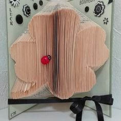 Book folding, livre plié page par page, forme trèfle à quatres feuilles , décoré