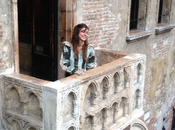 Installazione Romeo's Balcony di Daniel Gonzalez. Performance in collaborazione con il Teatro Stabile di Verona, 27 settembre ore 18:00 (flash mob nella corte di Giulietta).