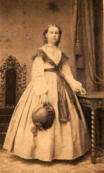 Эпоха кринолинов: 20 ретро фотографий девочек-подростков в модных платьях 1860-х