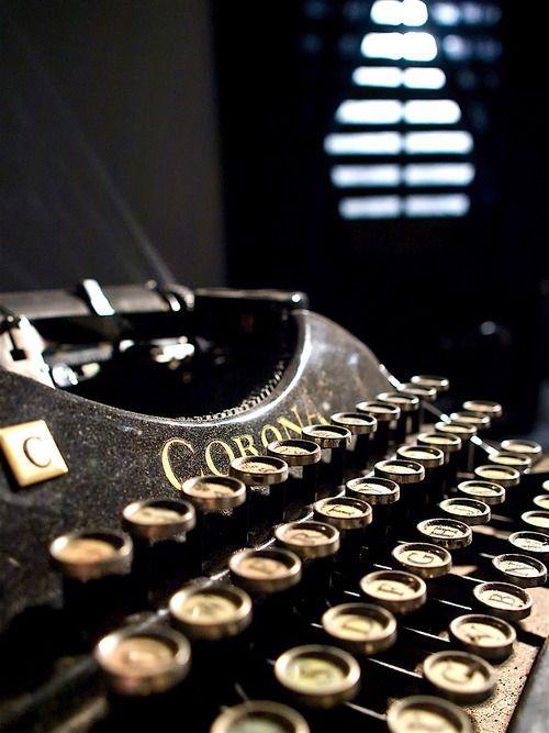 Alte Schreibmaschine aus dem Hause Corona. Die Marke lebt nach der Insolvenz als Label für Labeldrucker weiter. http://en.wikipedia.org/wiki/Smith_Corona  Vintage Corona Typewriter