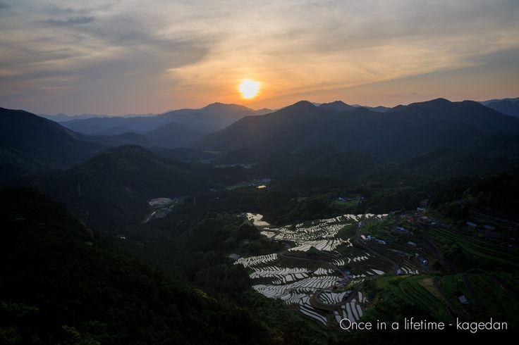 https://flic.kr/p/rW5Ufc | 里の夕景 | 丸山千枚田に夕陽が落ちる時間帯。うっすら雲があって焼けてくれそうな予感。