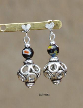 Boucles d'oreilles montées avec des clous en argent ornés de coeurs, de toutes petites perles noires millefiori blanc,rouge et un peu de jaune ( 5 mm), des jolies perles de coule - 13891249