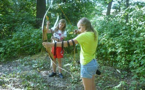 Kinder auf dem Parcours - Spaß mit Pfeil und Bogen