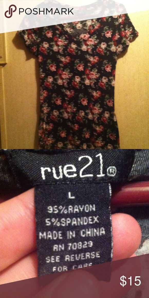 💕Gorgeous floral pattern v-neck shirt🎀 💖Very pretty floral pattern v-neck blouse by Rue21. EUC!!💗 Rue 21 Tops Blouses
