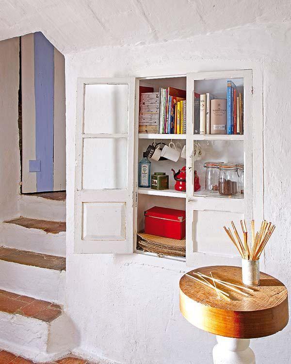 pared encalada, hornacina con puertas de madera y cristal