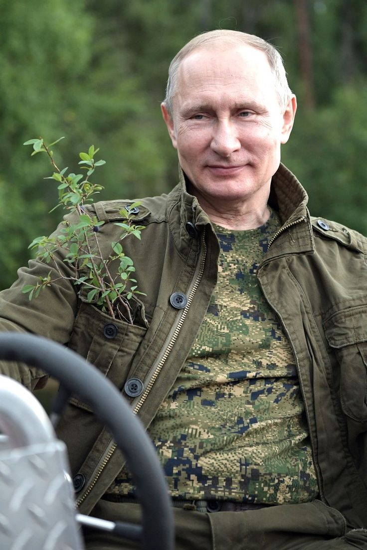 (35 фотографии)   Поездка в Тыву, 1–3 августа   1–3 августа по пути в Благовещенск Владимир Путин сделал остановку в южной Сибири, в Тыве. Президент побывал в труднодоступной тайге, порыбачил на каскаде горных озёр, позанимался подводной охотой, загорал, сплавлялся по горным рекам, порогам, протокам на моторных лодках и плотах, совершал пешие и на квадроциклах переходы по горам.   7 августа 2017 года 09:00   http://www.kremlin.ru/events/president/news/55308/photos