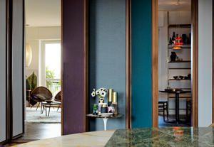 Boiserie in legno, specchi da parete e composizioni cromatiche per la ristrutturazione di una casa anni '70 a Milano