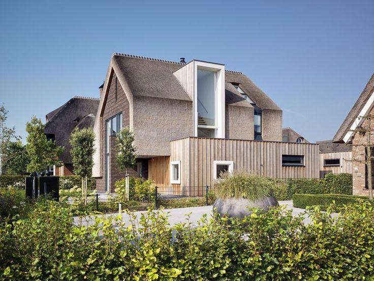 Landelijk moderne rieten mansarde kap met groot strak wit dakkapel