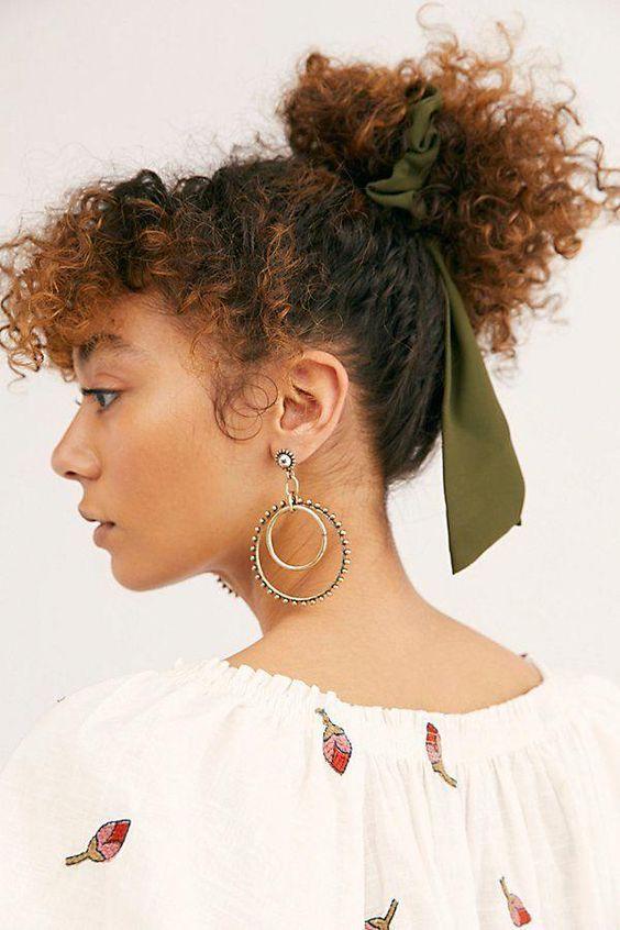 Lalá Noleto - Digital Content Creator   Dicas pra cabelo cacheado, Penteados headband, Penteados scrunchies