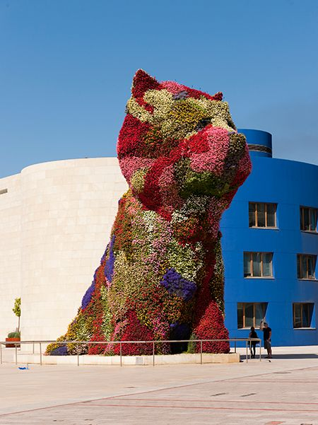 Visit Guggenheim museum in Bilbao Jeff Koons' flowerdog. Foto: © Jeff Koons, FMGB Guggenheim Bilbao Museoa, København 2016