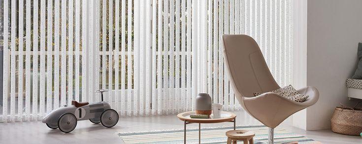 Lamelgardiner forener funktionel solbeskyttelse med dekoration og er især flotte i store vinduespartier. De tilfører rummet elegante lodrette linjer og udstråler en helt særlig ro og balance.