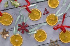 Le fettine di arancia essiccate sono un addobbo profumato e tradizionale, perfetto per decorare l'albero di Natale.