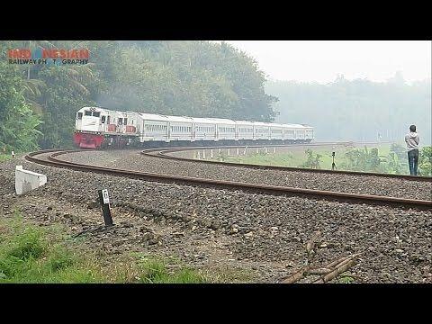 JKT48 - Hikoukigumo (lyric) - YouTube