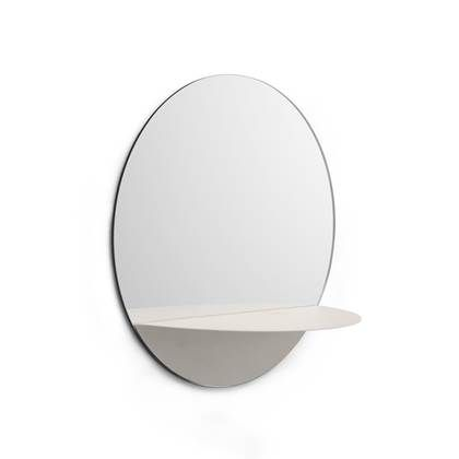 De Normann Copenhagen Horizon spiegel is perfect voor in de woonkamer, hal of badkamer. Door zijn stalen rand met poedercoating en het strakke plankje ziet hij er stijlvol uit. Waar ga jij deze mooie wandspiegel ophangen?