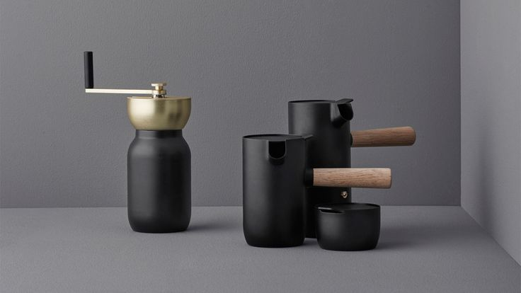✨ Perfect last minute Christmas gifts ✨ The Italian designer duo Daniel & Federico Sandri have designed the Collar Collection for coffee lovers around the world. The collection combines Italian craftsmanship with Scandinavian design aesthetics, made from stainless steel and Teflon coating. The collection consists of a coffee grinder, espresso maker, milk jug and sugar bowl.