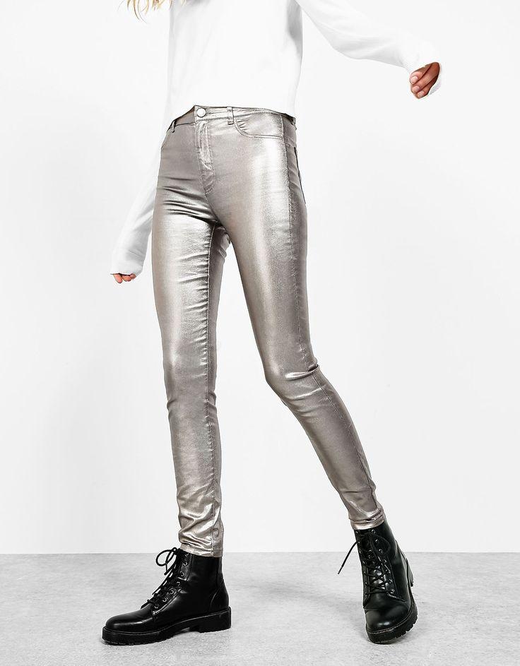 Metallic jeans met hoge taille. Ontdek dit en nog véel meer kledingstukken in Bershka met elke week nieuwe producten.