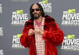 20-May-2013 11:51 - INTERVIEW: SNOOP LION. Van geld, b*tches en pimps naar peace, love en understanding. Snoop Dogg onderging tijdens een reis naar Jamaica een reïncarnatie en gaat inmiddels door het leven als Snoop Lion, de rastafari. En bij rastafari hoort natuurlijk reggae. Samen met een zaal vol journalisten vanuit de hele wereld mochten we Snoop aan zn rastas trekken en onze vragen op hem afvuren. Door: Gabriëlle Koster...