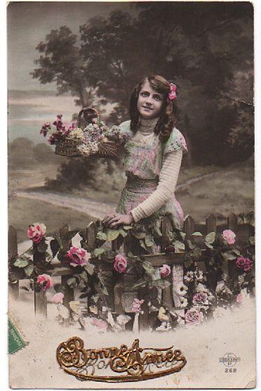 Carte postale ancienne - Bonne Année - Jeune femme, barrière en bois - 1913