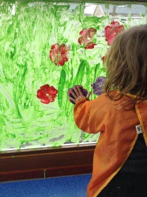 * Stempelen op het raam met bloemensponsjes!