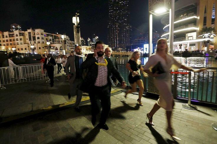 La gente huye tras el incendio que ha estallado en el hotel de Dubai Enorme incendio en un rascacielos cercano a la zona de celebraciones de Año Nuevo en Dubái El Gobierno local ha informado de que 16 personas sufrieron heridas por la inhalación de humo y la aglomeración de gente, que intentaba escapar del fuego