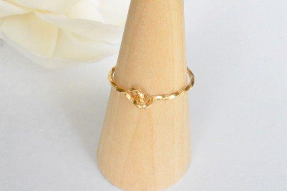 14金ゴールドフィールドを使ったツイストデザインのリング。シンプルなデザインなので、お持ちの指輪と重ねて着けてもかわいいと思います(^^)華奢なデザインで、幅...|ハンドメイド、手作り、手仕事品の通販・販売・購入ならCreema。