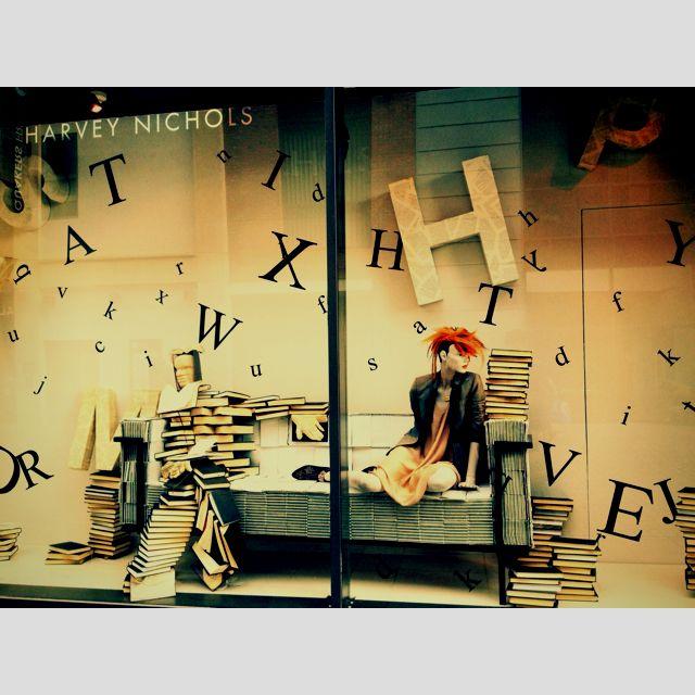 Carlos: Escaparate de libreria en el que se muestra una chica con el pelo teñido, es un escaparate moderno que pretende hacernos ver que hasta los libros se modernizan.