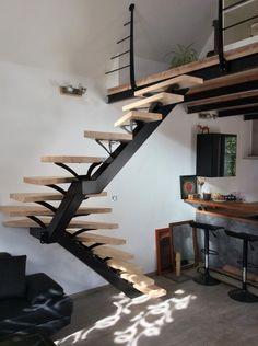 Escalier métallique demi-tournant sur limon central. Architecture et décoration contemporaine. Art Métal Concept Quimper