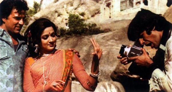 Dharmendra, Hema Malini & Amitabh Bachchan share a candid moment on the sets of #Sholay