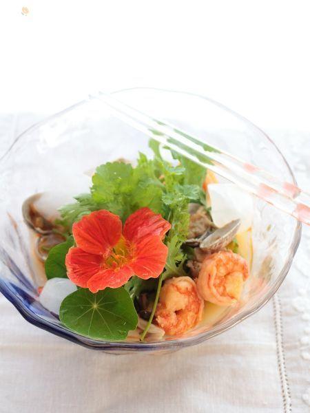 暑い季節にぴったりなエスニックな素麺。葉物野菜をたっぷりのせてサラダ風に。    基本のレシピはこちら→https://oceans-nadia.com/user/11375/recipe/157234    豆板醤とレモンで作るトムヤムクン風スープが残ったときのリメイク・アレンジ料理としても♪
