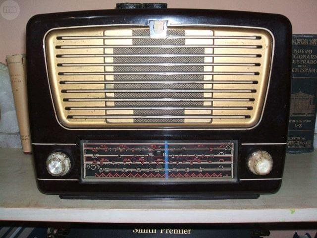 Radio Philips a válvulas años 50 , en perfecto estado estético y funcional. Funcionando a 220 v.    95€