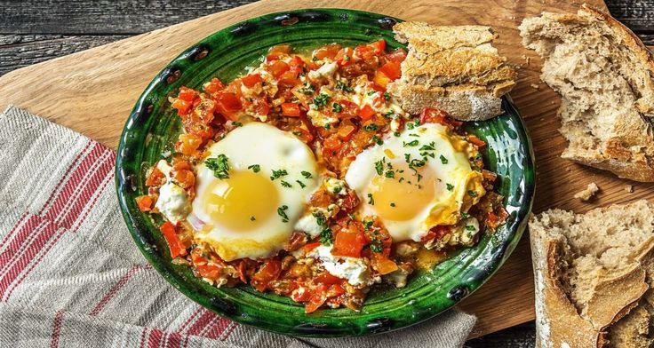 Shakshuka is een traditioneel Midden-Oosters gerecht met tomaat en ei. Het wordt op elk moment van de dag gegeten en is lekker met een stukje brood, om erin te dopen. Vandaag bereid je het gerecht met geitenkaas en bak je een speltbaguette van onze leverancier Le Perron af.